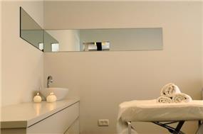 חדר טיפולי יופי בנמל ת''א, בעיצוב מינימליסטי של סטודיו HB