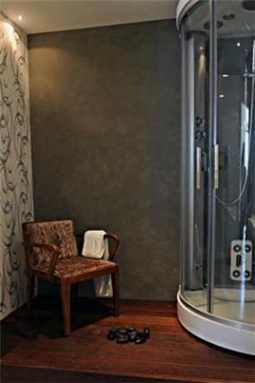 חדר אמבט כולל מקלחון ,רצפת עץ וטפט תואם של חיה ברק