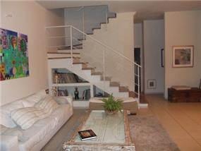 סלון הבית ומבט אל המדרגות, הכוללות נישה לאחסון. עיצוב: חיה ברק