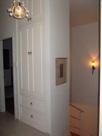 מבואת חדרים המשמשת גם כמקום לאחסון. עיצוב של חיה ברק