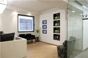 קיר תצוגת מוצרים בתוך לובי משרדים בעיצוב חיה ברק ומירב אייל הרפז
