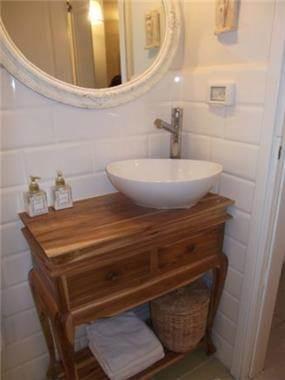 שירותי אורחים בסגנון כפרי. שילוב של עץ עם גווים לבנים. עיצוב: חיה ברק