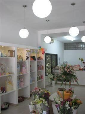 עיצוב נקי של חנות פרחים ומתנות - אצל נטע, בעיצוב ותכנון של בליץ דיזיין