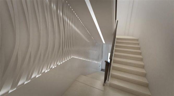 מבט למדרגות עם דגש על הקיר המעוצב התורם לאלמנט התנועה בעיצוב ותכנון של דלית לילינטל