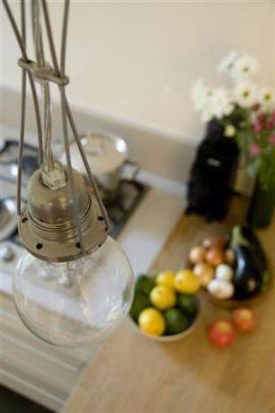פריט תאורה אלמנט שקוף המאפשר זרימה בין החללים ועם זאת מגדיר את אזור דלפק האכילה