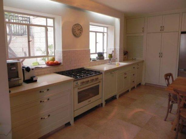 מטבח מעוצב בסגנון כפרי בגווני שמנת, בעיצוב ותכנון של אופן ספייס