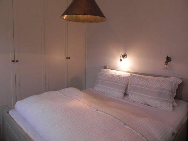 חדר שינה עם תאורה רכה בתכנון ועיצוב של אופן ספייס