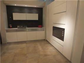 מטבח מעוצב בקו נקי ומודרני בתכנון ועיצוב של אופן ספייס