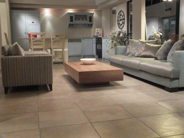מבט אל המטבח והסלון שעוצבו בסגנון אקלקטי. עיצוב ותכנון של אופן ספייס