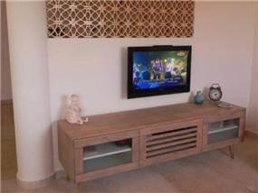 קיר בסלון עם עיטורי עץ בנישת גבס. עיצוב: אופן ספייס