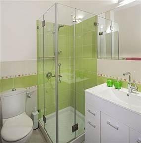חדר אמבטיה בסגנון מודרני בשילוב של ירוק ולבן. עיצוב: יעל אפרתי תכנון ועיצוב פנים