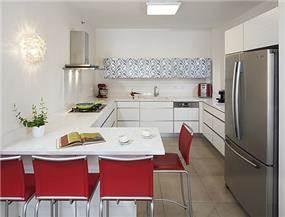 מטבח בסגנון מודרני בשילוב לבן, כסף ואדום. עיצוב: יעל אפרתי תכנון ועיצוב פנים