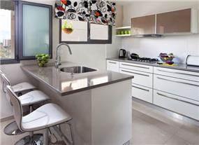 מטבח מודרני בשילוב אי עבודה ווילון דקורטיבי להוספת צבעוניות. עיצוב: יעל אפרתי תכנון ועיצוב פנים