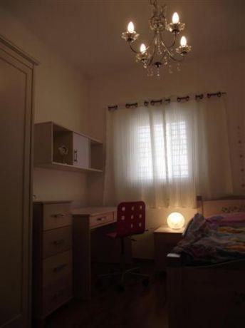 """חדר ילדים על טהרת צבעי הלבן עם תאורה """"מחממת"""" מבית סטודיו בתים"""