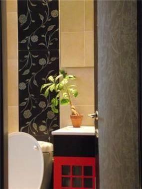 מבט לחדר אמבט מעוצב בדגש על חיפויי הקיר מבית בתים סטודיו לעיצוב פנים