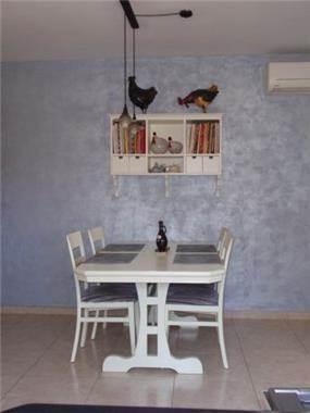 פינת אוכל בסגנון ביתי, צבעוני וקליל של יואלה בר-טל