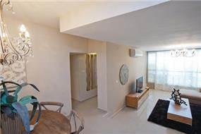 מבט על סלון ,פינת אוכל ומבואת הכניסה בדירה מעוצבת בתכנון a&e design