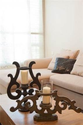 מבט תקריב על קני נרות מעוצבים הממוקמים בסלון בעיצוב ותכנון של a&e design