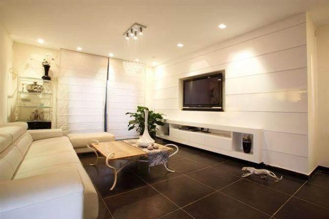 סלון מעוצב בדגש על ריצוף וחיפוי לאווירה יוקרתית בתכנון ועיצוב של A&e Design