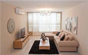 מבט על סלון מעוצב בסגנון מודרני בעיצוב ותכנון של a&e design