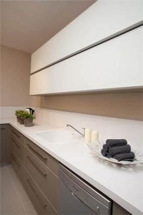 מטבח מודרני בקו זורם בעיצוב ותכנון של a&e design