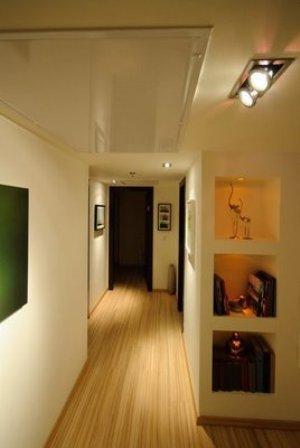 מבואה בפנטאוס עם תאורה מעוצבת ופרקט להשלמת המראה בתכנון ועיצוב של שרי בר נע גבעון