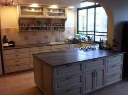 מטבח מעוצב בעל אי בסגנון כפרי בתכנון ועיצוב של שרי בר נע גבעון