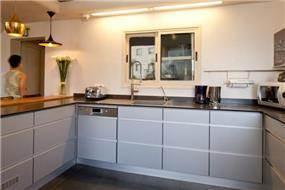 מטבח מעוצב בדירת גג בסגנון לופט בעיצוב ותכנון של שרי בר-נע גבעון