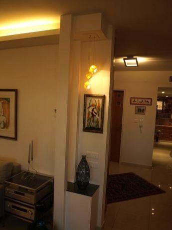 מבואת כניסה עם עיצוב תאורה של שרי בר נע גבעון