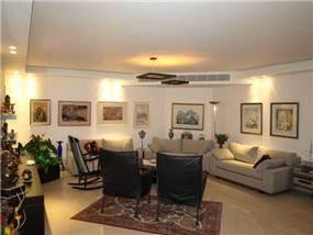 סלון בפנטאוס בדגש על התאורה האווירתית מכל קצוות הסלון בעיצוב ותכנון של שרי-בר נע גבעון