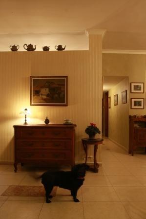 מבט אל מבואת הבית עם עיצוב תאורה רך בעיצוב עתיק תכנון של שרי בר נע גבעון