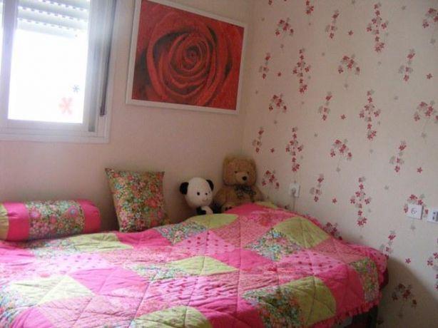 מבט אל המיטה, פרטי הריהוט ואל הקירות התואמים בחדר נערה. עיצוב: שרי בר נע גבעון