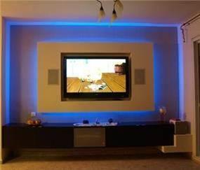 קיר פלזמה עם תאורה שקועה כחולה בעיצוב של שרי בר-נע גבעון