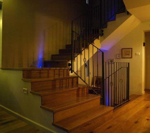 מבואת כניסה בדירת גג עם תאורה מעוצבת של שרי בר נע גבעון