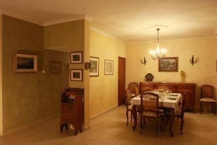 פינת אוכל במראה עתיק עם דגש על תאורת החדר בעיצוב ותכנון של שרי בר גבעון