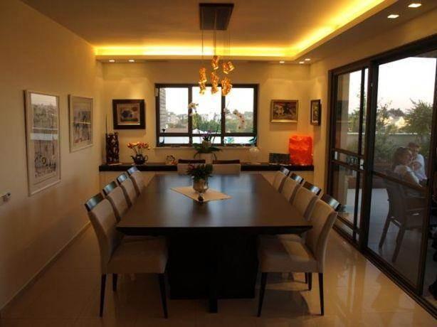 פינת אוכל עם תאורת קיר שקועה וגופי תאורה תלויים בעיצוב ותכנון של שרי בר-נע גבעון