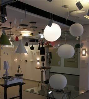 אולם תצוגה בחנות תאורה בעיצוב ותכנון של שרי בר נע גבעון