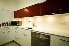 תאורה תחתית מארונות המטבח בעיצוב ותכנון של שרי בר-נע גבעון