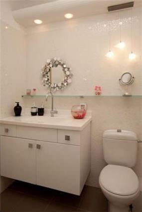 חדר אמבטיה הכולל חיפוי קיר ותאורה תואמת. עיצוב: שרי בר נע גבעון