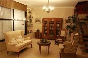 סלון במראה עתיק בדירת גג בעיצוב ותכנון של שרי בר נע גבעון