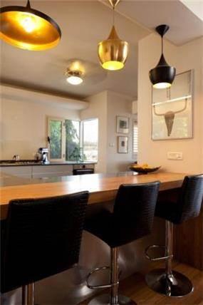 דלפק מטבח מעוצב עם תאורה מעניינת בתכנון שרי בר נע גבעון
