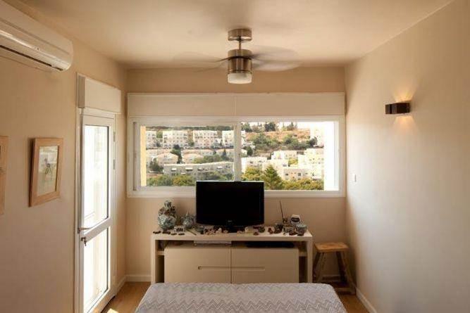 עיצוב לחדר שינה הכולל מבט לנוף, בעיצוב ותכנון של שרי בר נע גבעון