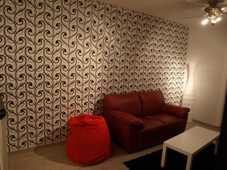 סלון עם תאורה ייחודית וחיפוי קיר תואם בעיצוב ותכנון של שרי בר נע גבעון