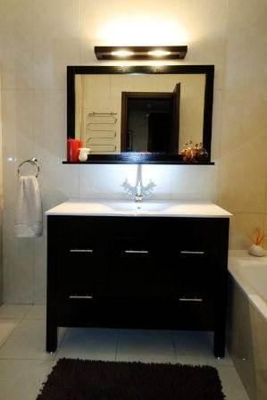 חדר אמבטיה מעוצב הכולל ארון אמבטיה דרמטי. עיצוב ותכנון: שרי בר נע גבעון