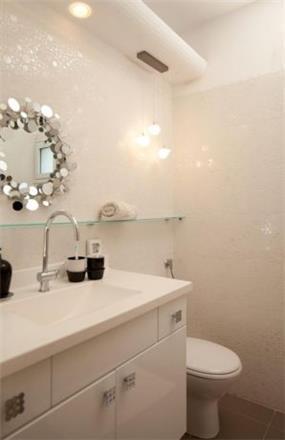 חדר אמבטיה בדגש על חיפוי הקיר והתאורה התואמת. עיצוב של שרי בר נע גבעון