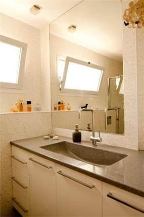 חדר אמבטיה בהיר המעוצב בסגנון מודרני. עיצוב ותכנון של שרי בר נע גבעון