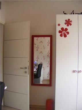 חדר נערה עם מדבקות קיר תואמות בעיצוב ותכנון של שרי בר נע גבעון