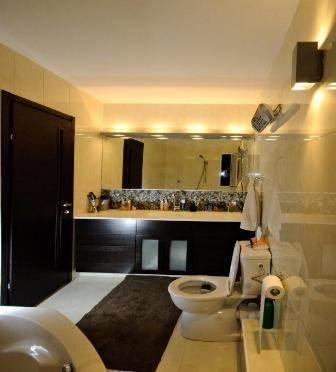 חדר אמבטיה מעוצב עם תאורת אווירה. עיצוב ותכנון שרי בר נע גבעון