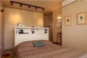 חדר שינה עם תאורה מעוצבת המשרה אווירה חמה לחדר בעיצוב ותכנון של שרי בר נע