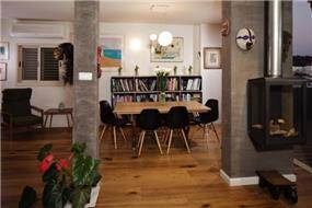 פינת אוכל עם כיסאות צ'ארלס איימס בעיצוב שרי בר-נע גבעון
